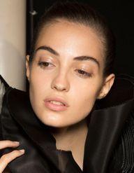 Gloss pour les yeux : le maquillage effet mouillé à l'imparfait