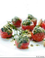 Escargots dans une tomate cerise