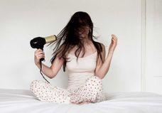 10 erreurs que l'on fait toutes en se séchant les cheveux