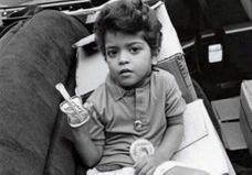 Devinez quel célèbre chanteur est ce petit garçon en photo !