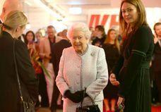 Dingue : la reine d'Angleterre au premier rang d'un défilé avec Anna Wintour !