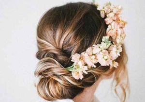 Des fleurs dans les cheveux pour un mariage bohème
