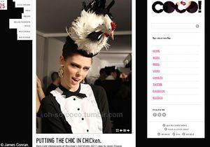 Coco Rocha défile pour Moschino avec un poulet sur la tête