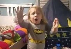 La réaction de ce petit garçon surpris en train de jouer en pleine nuit est à mourir de rire