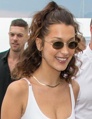 Cannes 2018 : Bella Hadid succombe aux cheveux bouclés et on adore
