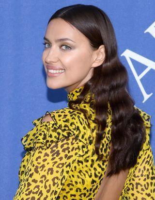 Irina Shayk, elle coupe ses cheveux au carré et elle est méconnaissable