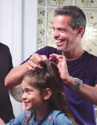 #PrêtàLiker : ces pères apprennent à coiffer leur fille et c'est vraiment mignon