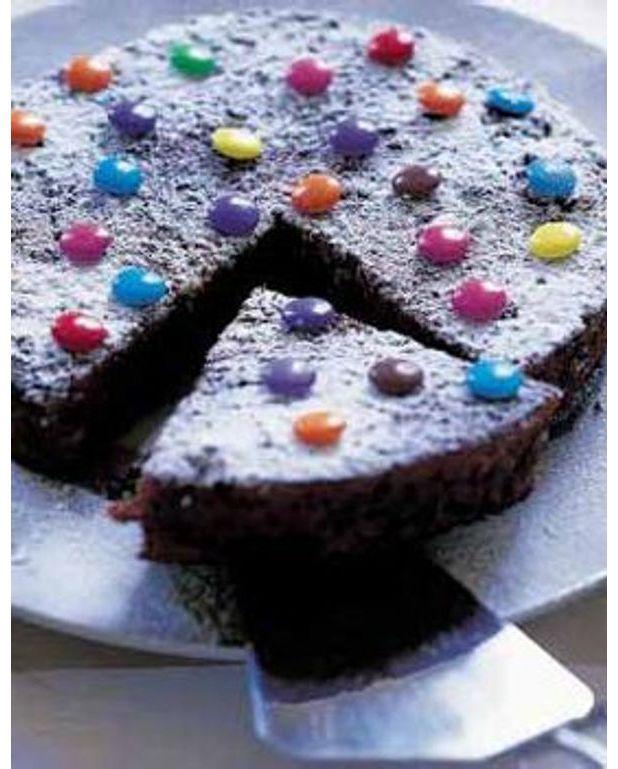 Très Gateau au chocolat décoré aux smarties pour 6 personnes - Recettes  YN51