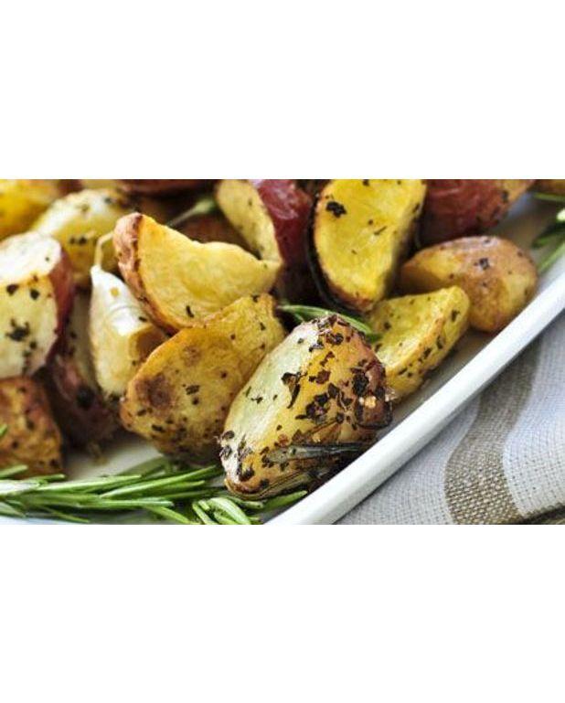 petites pommes de terre rouges r ties au romarin pour 4 personnes recettes elle table. Black Bedroom Furniture Sets. Home Design Ideas