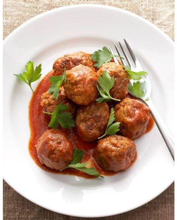 basique boulettes de boeuf sauce tomate pour 4 personnes recettes elle table. Black Bedroom Furniture Sets. Home Design Ideas