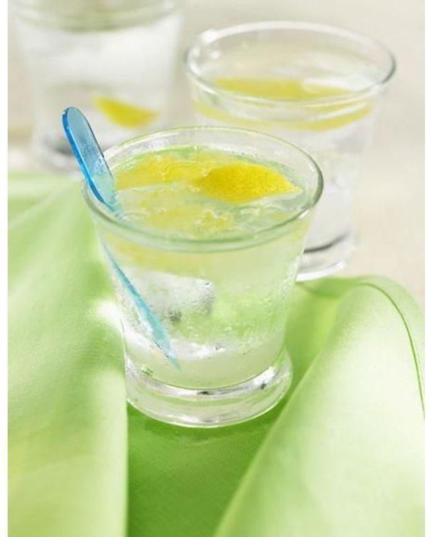 eau rafra chissante menthe citron vert pour 4 personnes recettes elle table. Black Bedroom Furniture Sets. Home Design Ideas