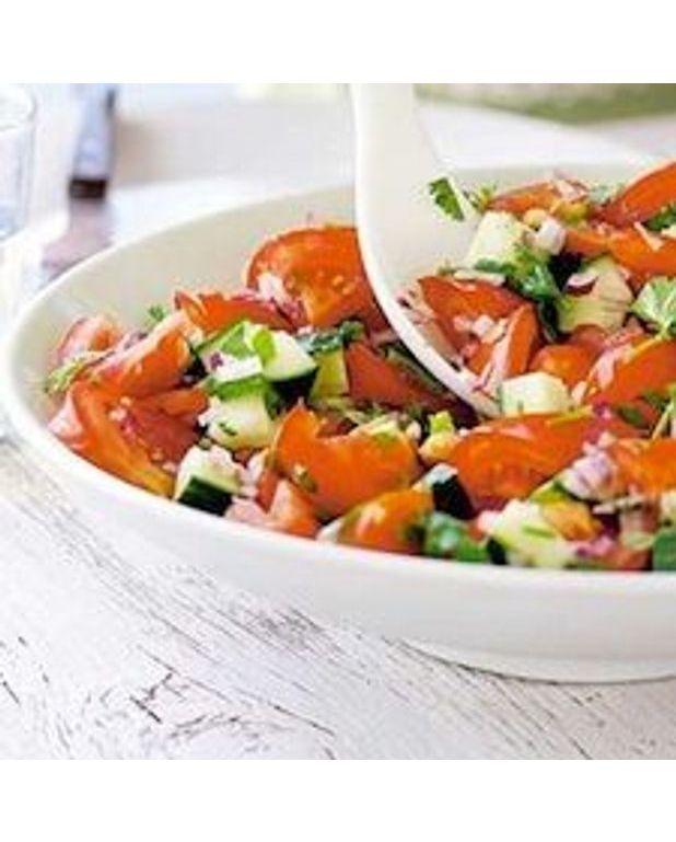 salade de tomate concombre et coriandre pour 4 personnes recettes elle table. Black Bedroom Furniture Sets. Home Design Ideas