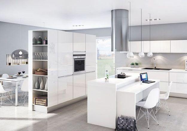 Une cuisine ouverte avec un meuble cloison