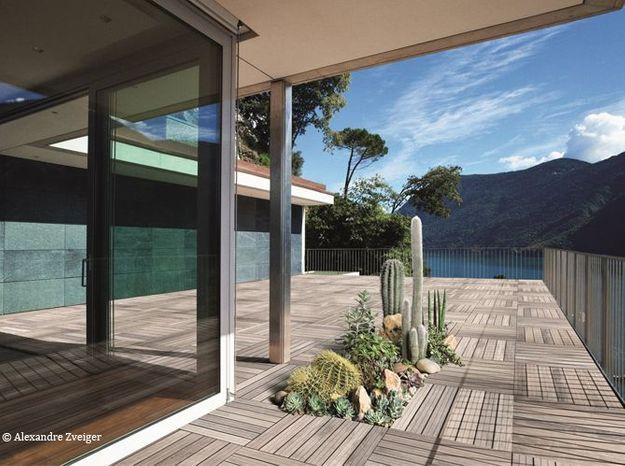 Des fleurs qui poussent au milieu de la terrasse c est - Jardiniere exterieure contemporaine ...