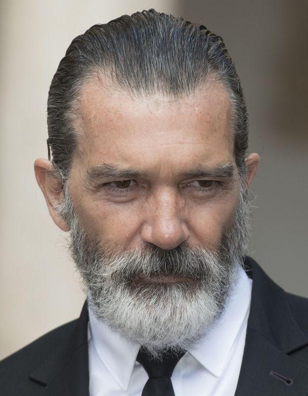 Sans sourcils et sans barbe, Antonio Banderas est méconnaissable