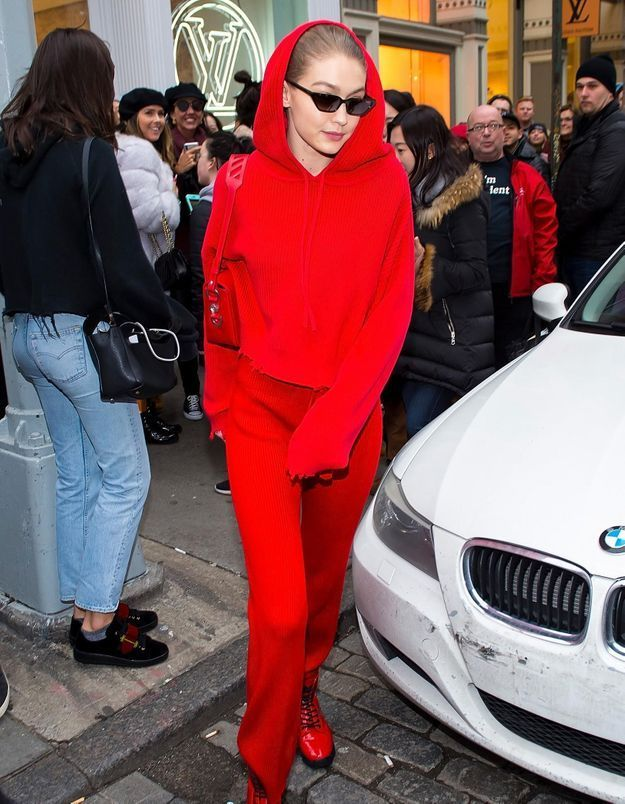 Gigi Hadid nous montre comment porter le total look rouge au printemps