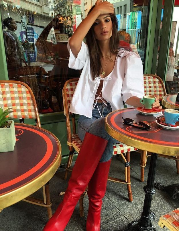 Les bottes rouges d'Emily Ratajkowski nous font perdre la raison
