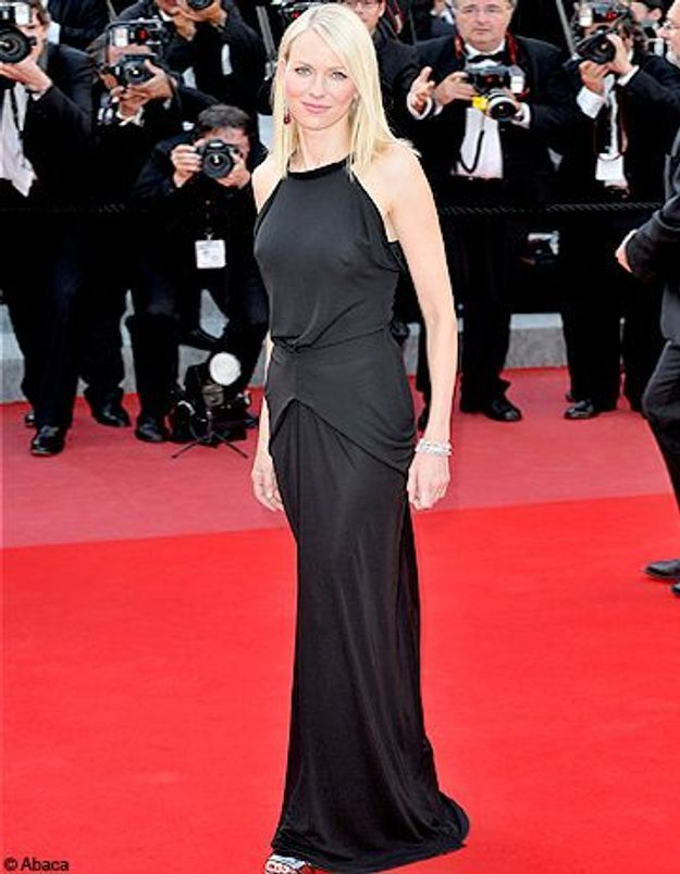 naomi watts petite robe noire sur tapis rouge elle. Black Bedroom Furniture Sets. Home Design Ideas