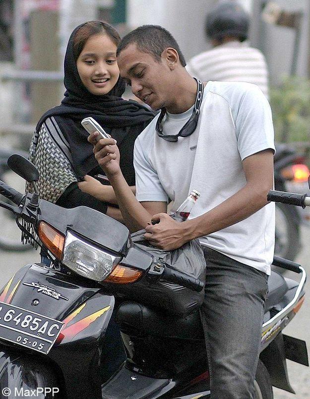 Indonésie : les femmes obligées de s'asseoir en amazone sur les deux-roues