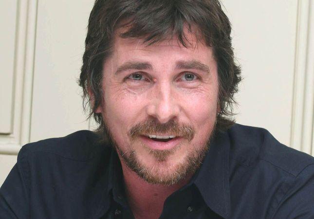 Christian Bale : 18 kgs de plus et crâne rasé, il est méconnaissable