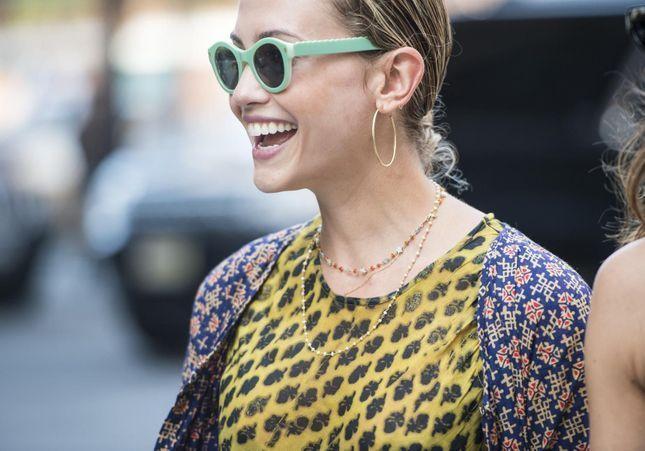 Street style : on aime les lunettes de couleur