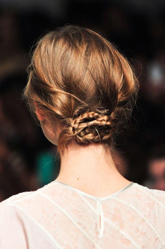 cheveux attach s chignon bas automne hiver 2016 cheveux attach s 78 id es de coiffures chics. Black Bedroom Furniture Sets. Home Design Ideas