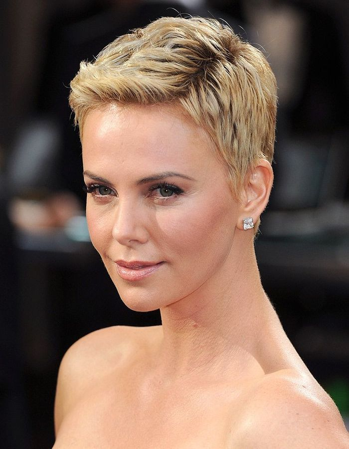 charlize theron les cheveux courts cheveux longs ou courts comment pr f rez vous ces stars. Black Bedroom Furniture Sets. Home Design Ideas
