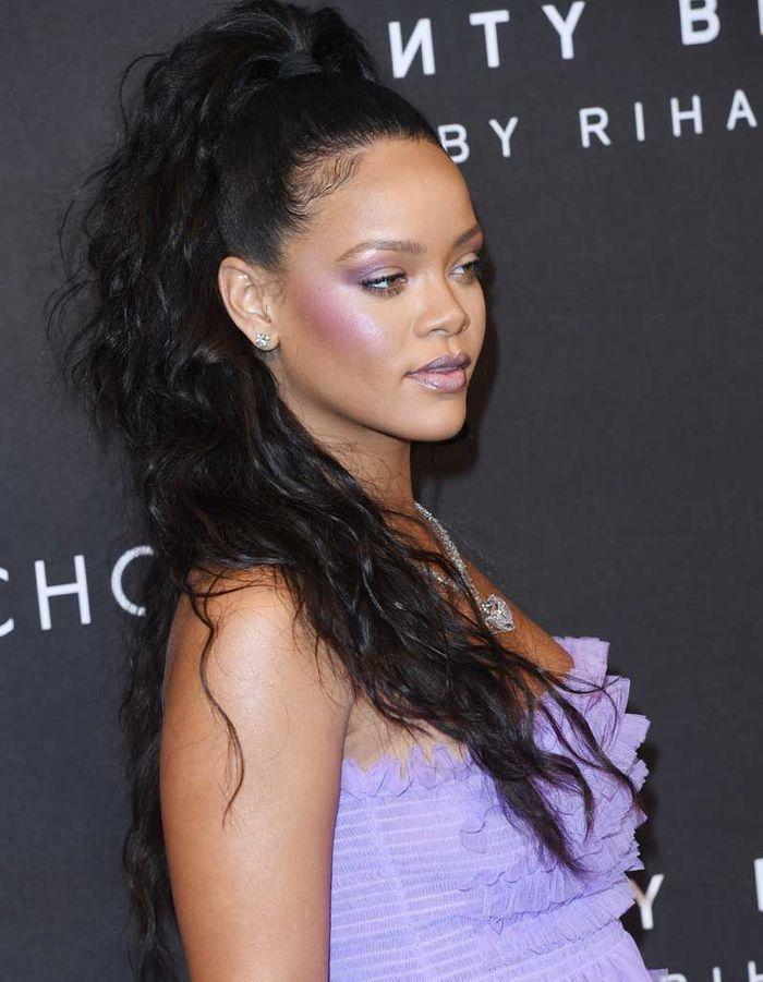 La ponytail ultra haute et bouclée de Rihanna