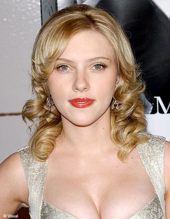d grad boucl scarlett johansson ses plus belles coiffures elle. Black Bedroom Furniture Sets. Home Design Ideas