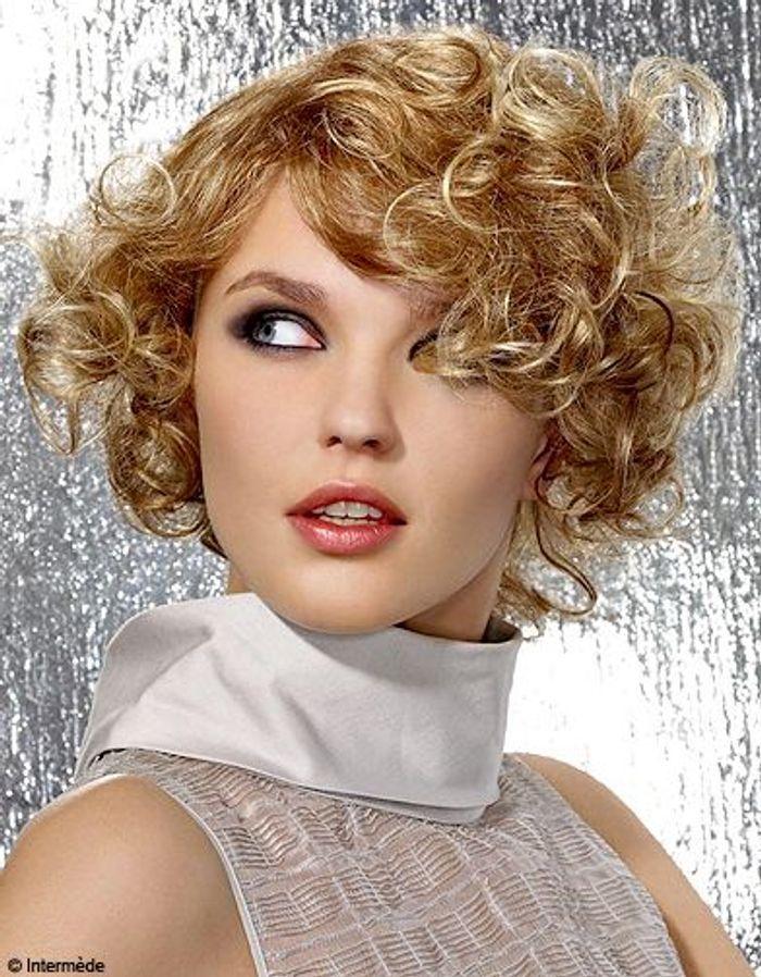 boucles mutines cheveux boucl s quelques id es de coiffures pour les sublimer elle. Black Bedroom Furniture Sets. Home Design Ideas