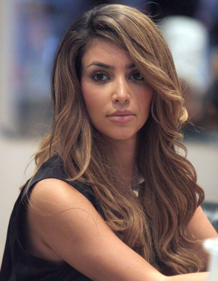 kim kardashian avec un balayage ch tain en avril 2009 kim kardashian toutes ses coupes en. Black Bedroom Furniture Sets. Home Design Ideas