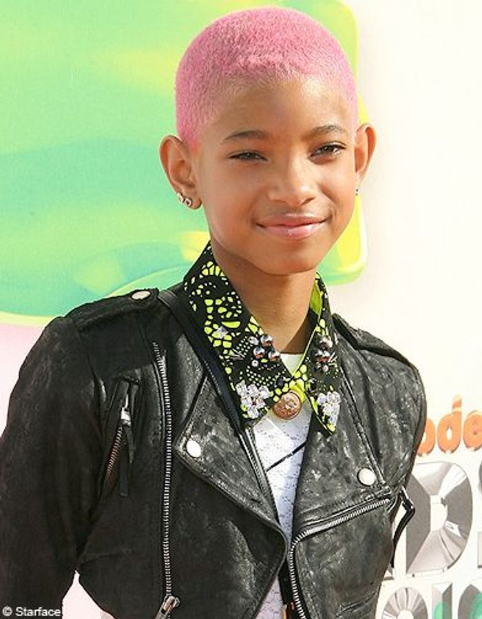les cheveux roses de willow smith people elles en font. Black Bedroom Furniture Sets. Home Design Ideas