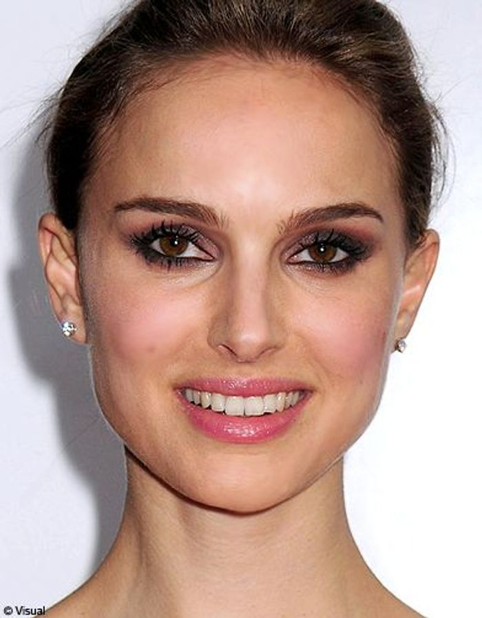natalie portman les stars adoptent l il charbonneux elle. Black Bedroom Furniture Sets. Home Design Ideas