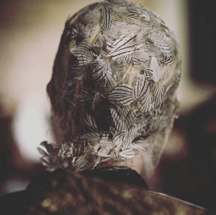 La coiffure emplumée du défilé Maison Margiela
