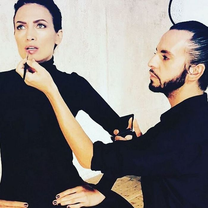 Le make-up artist Tom Sapin pour M.A.C en backstage Stéphane Rolland