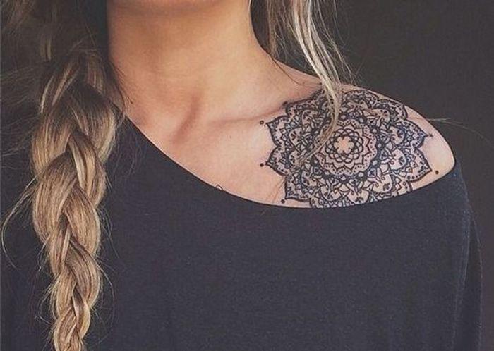 tatouage dentelle rosace tatouage dentelle la tendance qui se brode sur la peau elle. Black Bedroom Furniture Sets. Home Design Ideas