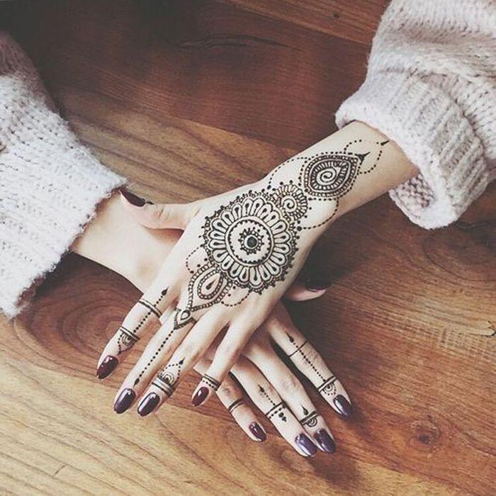 Tatouage mandala bijoux on craque pour un tatouage mandala elle - Mandala tatouage homme ...