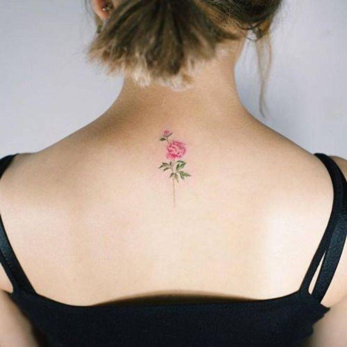 tatouage pivoine dans la nuque 15 id es de tatouages pivoine pour avoir sa fleur pr f r e dans. Black Bedroom Furniture Sets. Home Design Ideas