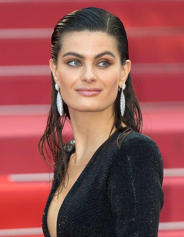 Les cheveux wet d'Isabeli Fontana à Cannes