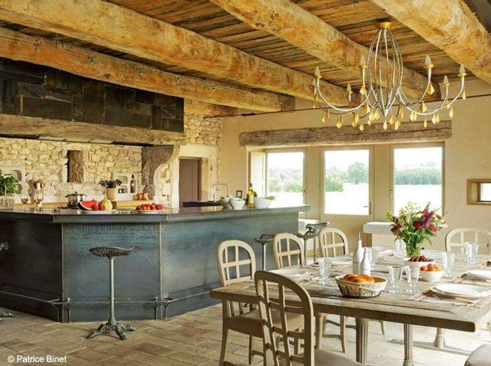 Une cuisine avec un grand comptoir