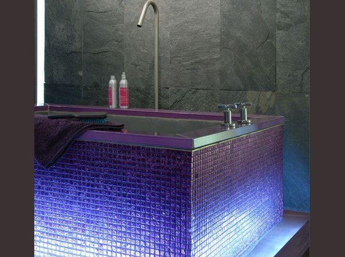 Salles de bains le carrelage fait sensation elle d coration for Carrelage salle de bain violet