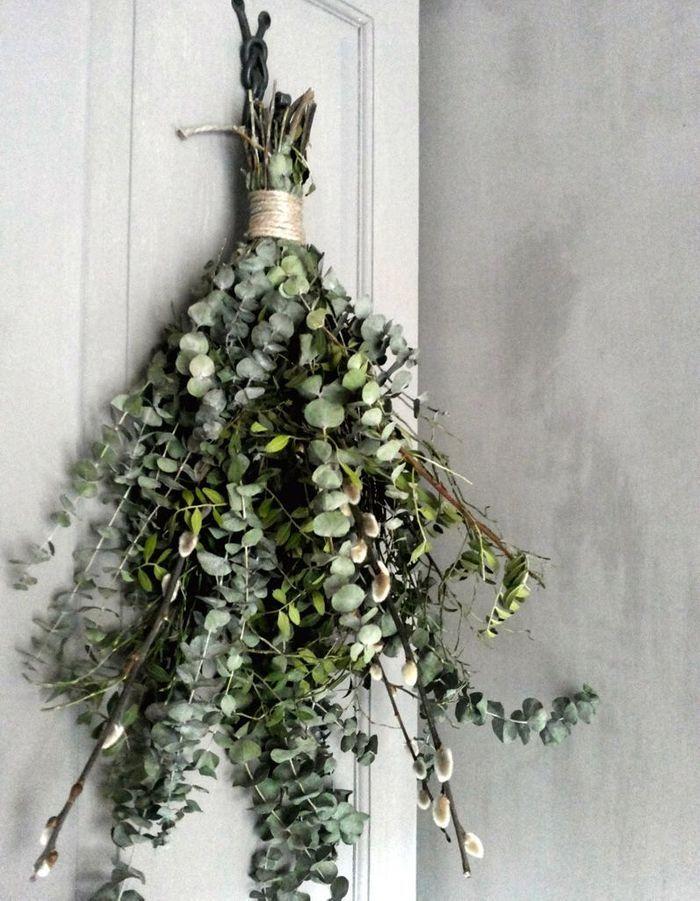 De l'eucalyptus séché façon bouquet suspendu