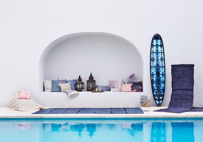 Une terrasse avec piscine à la petite déco dépaysante