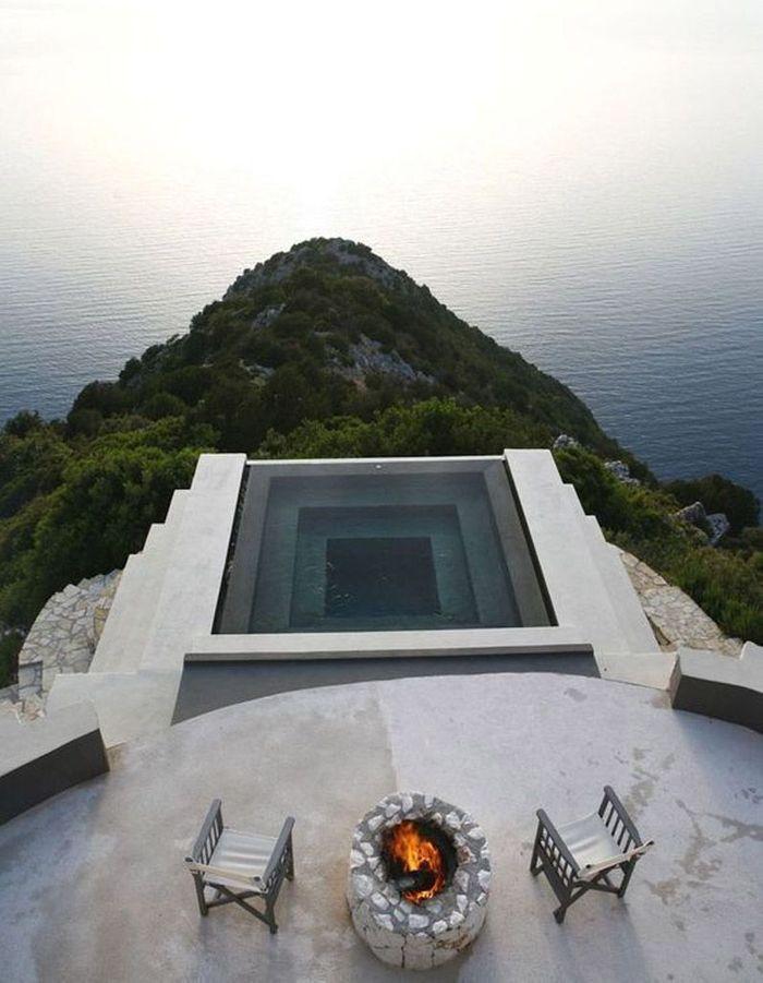 Piscine carrée sur le toit du monde