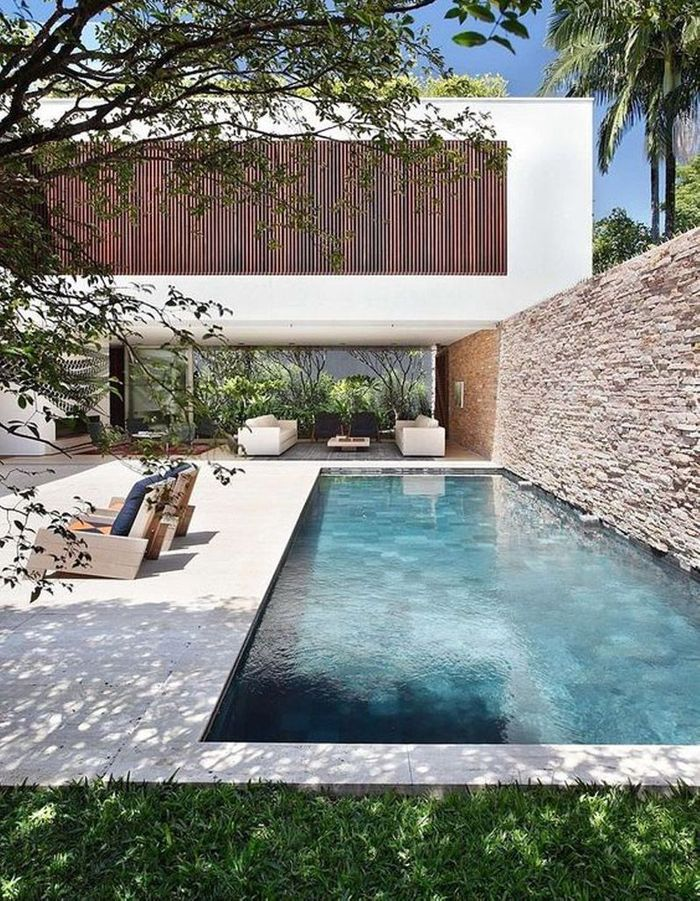 Piscine contemporaine avec une terrasse en pierre