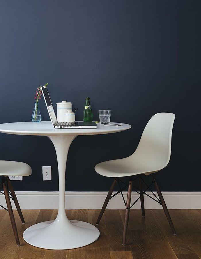 La chaise DSW en duo avec la table Tulipe