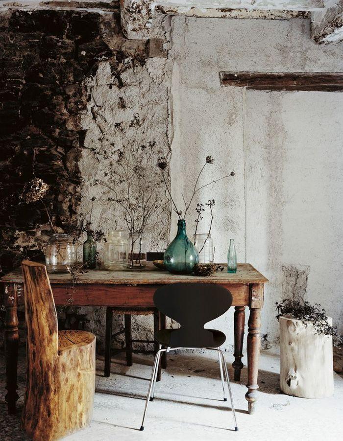 Une chaise Fourmi dans une pièce au style très kinfolk