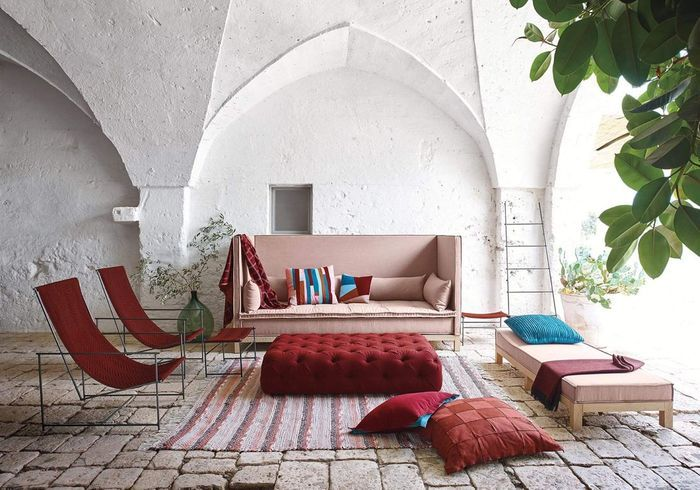 Un canapé outdoor rose pâle
