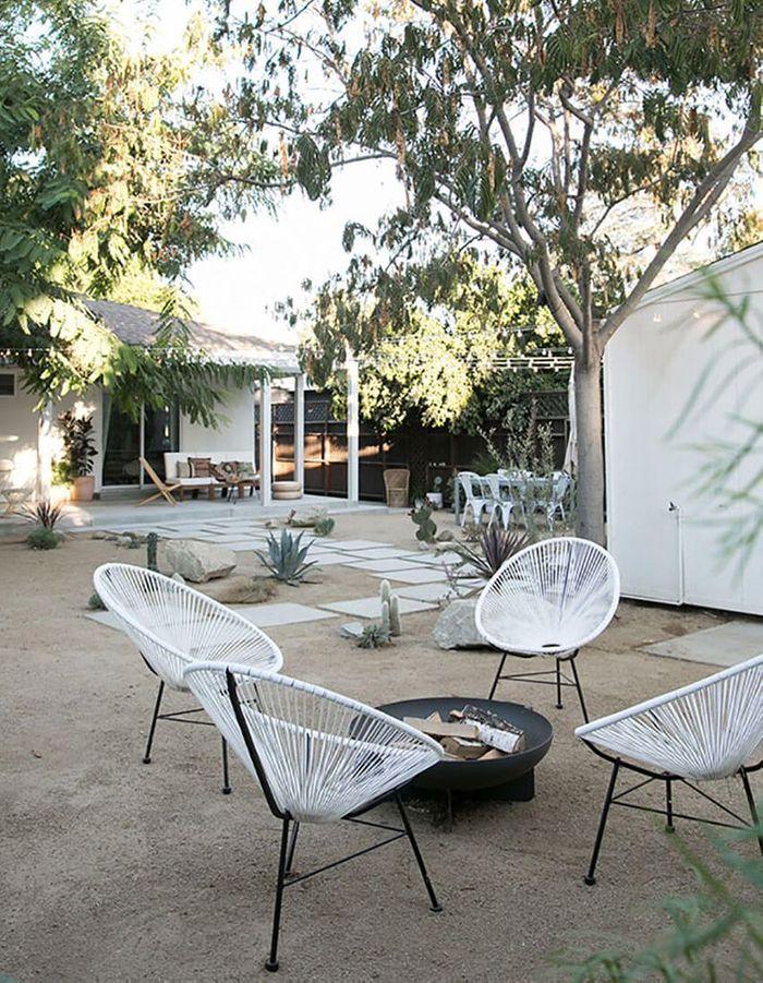 Un fauteuil Acapulco blanc pour le coin braséro