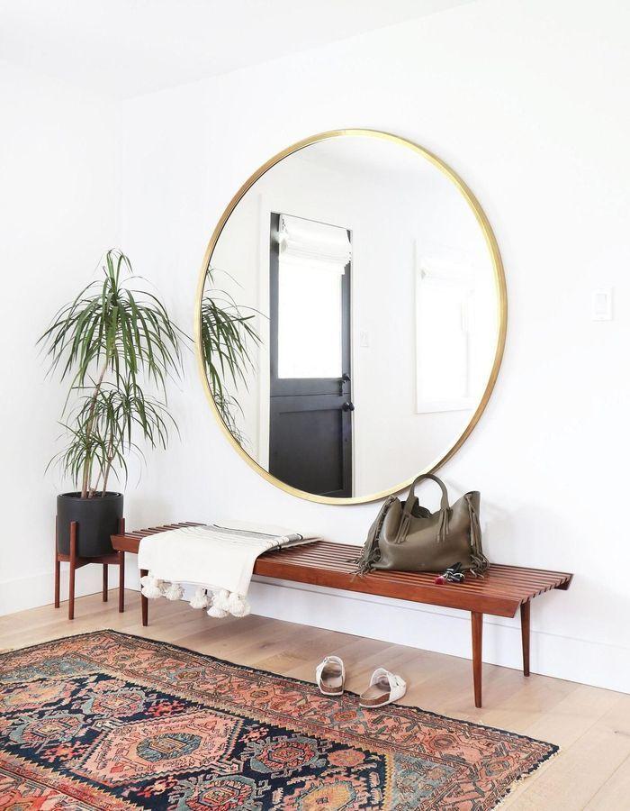 Le combo miroir rond et tapis persan pour jouer sur les tendances